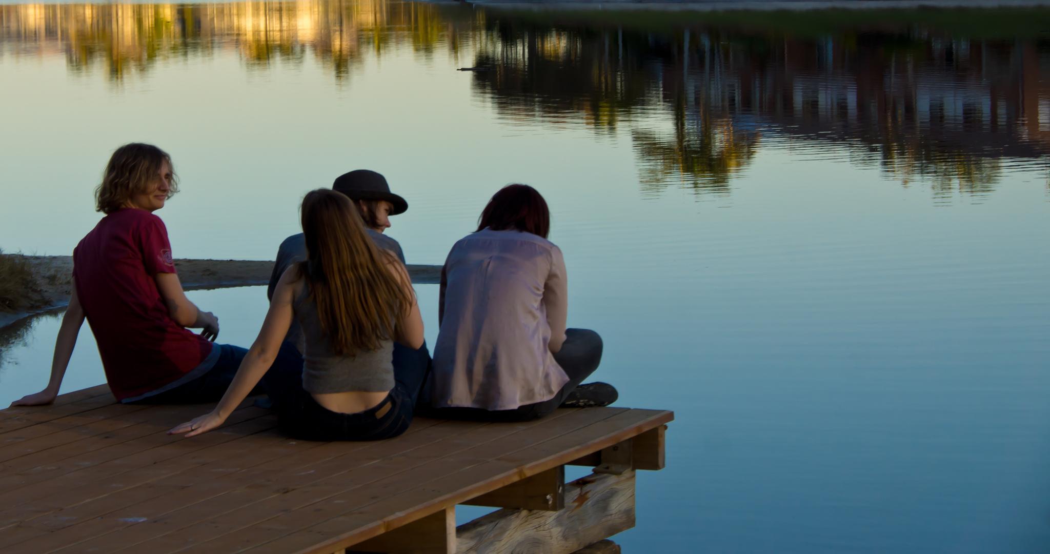 Bild av ungdomar på en brygga