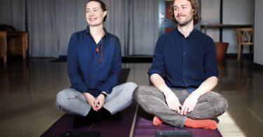 Lisa Herrman och Karl Sterner på Yogamattor