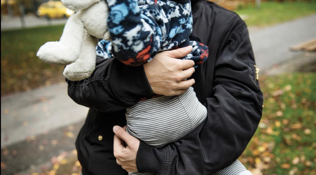 Barn i famn. Foto: Moa Karlberg